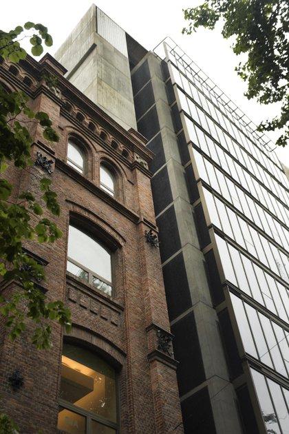 El edificio de estilo industrial inglés fue puesta en valor para conformar junto con la esquina de vidrio y hormigón, un edificio de oficinas recientemente inaugurado.