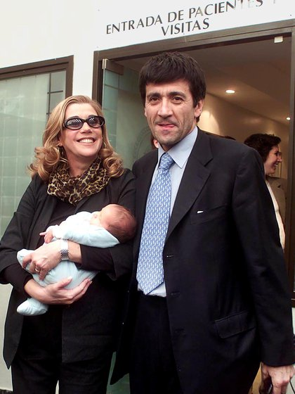 La conductora Marcela Tinayre junto a su esposo Marcos Gastaldi presenta a su hijo Rocco en el sanatorio Otamendi