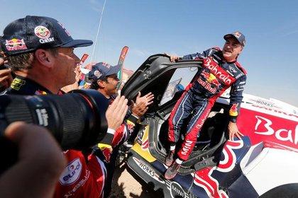 El español Carlos Sainz, del equipo Bahrain JCW X-Raid, celebra después de ganar la categoría autos en el Rally Dakar, en Haradh, Arabia Saudita. 17 de enero de 2020. REUTERS/Hamad I Mohammed.