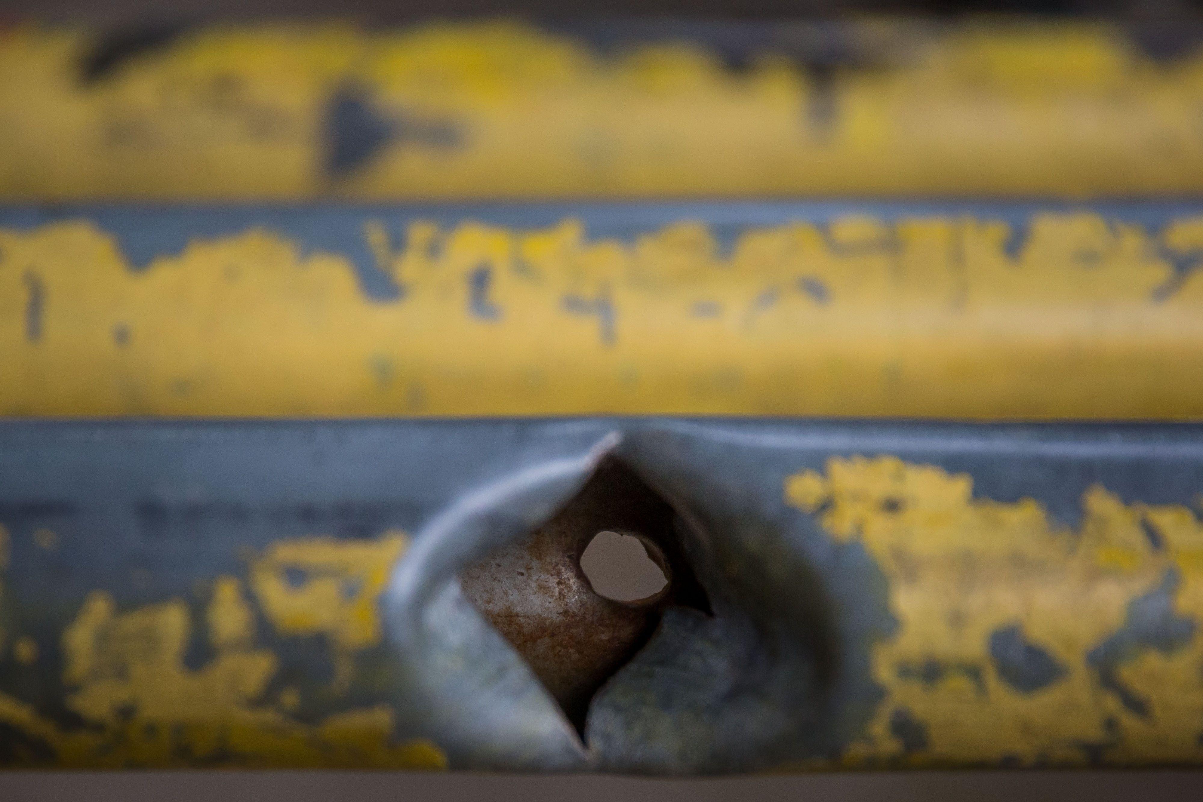 Fotografía de un impacto de bala en una baranda de metal en un campo de béisbol juvenil en La Vega, el 07 de junio de 2021, en Caracas (Venezuela). EFE/ Miguel Gutiérrez
