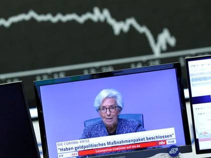 FOTO DE ARCHIVO. Una transmisión televisiva que muestra a Christine Lagarde, presidenta del Banco Central Europeo (BCE), se muestra durante una sesión de la bolsa de valores de Fráncfort, Alemania. 12 de marzo de 2020. REUTERS/Ralph Orlowski.