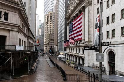 Imagen de archivo de la Bolsa de Valores de Nueva York en el distrito financiero de Manhattan, en medio del brote de coronavirus en Nueva York, EEUU (REUTERS/Jeenah Moon)