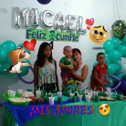 Vanessa y sus hijos en el festejo de cumpleaños del bebé, dos semanas antes de la expulsión
