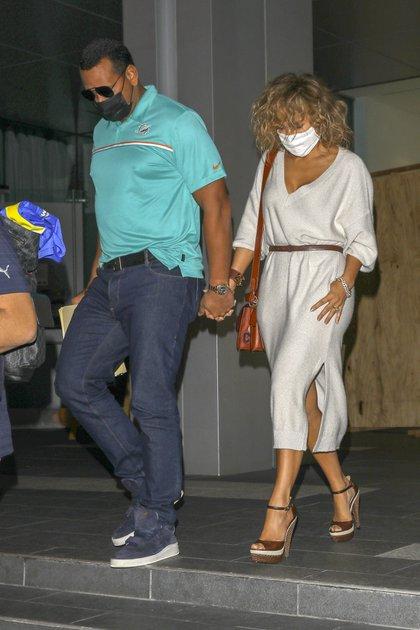 Jennifer Lopez compartió una romántica cena con Alex Rodriguez en el exclusivo restaurante Soho House de Beverly Hills, en California. Se los vio saliendo del local tomados de la mano, con su tapabocas puesto. La actriz lució un vestido de lana gris y unos estiletos marrones mientras que su pareja optó por un jean y una chomba