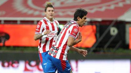 José Juan Macías marcó el 1-1 definitivo de penal, luego de ingresar al campo tras cinco partidos lesionado (Foto: Twitter/ @Chivas)
