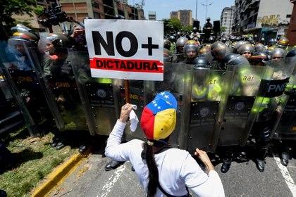 Una venezolana protesta contra el régimen de Nicolás Maduro (AFP)