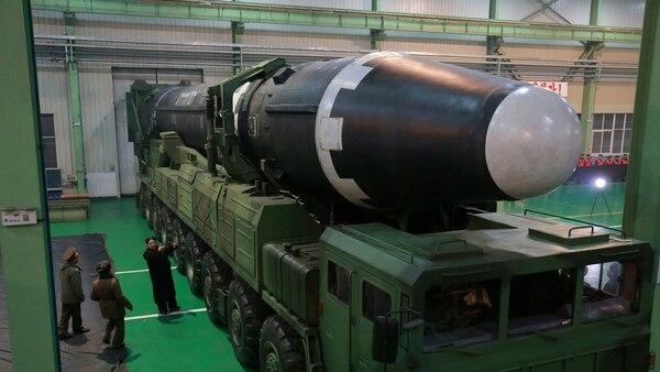 Kim Jong-un obersva un Hwasong-15, el ICBM más poderoso de Corea del Norte