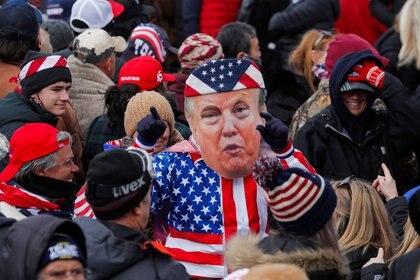 Una persona con una máscara del presidente de EEUU, Donald Trump, gesticula durante una manifestación frente al Congreso en Washington, EEUU. 6 enero 2021. REUTERS/Jim Bourg