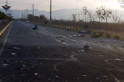 Restos de materiales de los vehículos y los proyectiles quedaron esparcidos sobre la carretera (West Asia News Agency) via REUTERS