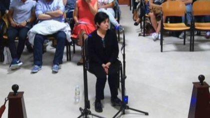 """Rosario delante del tribunal. Ella negó el crimen. El jurado la consideró culpable junto a su ex marido y fueron condenados a 18 años de prisión (Imagen """"Lo que la verdad oculta"""", Antena 3)"""