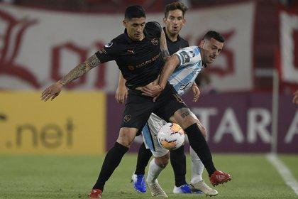 Pablo Hernández domina el balón en el estadio Libertadores de América (AFP)