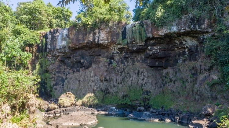 La imagen de la roca, que debería estar cubierta por el agua de uno de los saltos