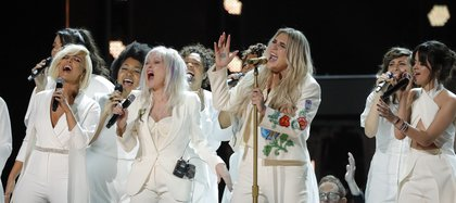 "Keshacanta ""Praying"" con Bebe Rexha (L), Cyndi Lauper y Camila Cabello (R). (REUTERS/Lucas Jackson)"
