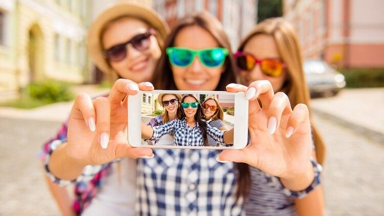 El ángulo y la luz, son dos puntos claves para sacar una buena selfie, según las influencers consultadas por Infobae (Shutterstock)