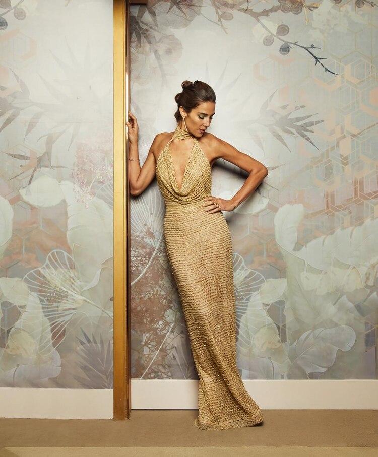 En #LaNochedeML (por El Trece) de anoche, Juana eligió un fascinante look: vestido dorado con escote halter y buche en género de red con mostacillones dorados opacos y falda al cuerpo