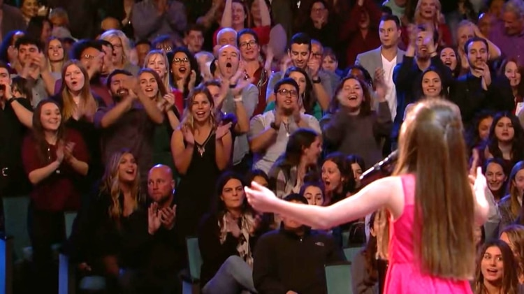 Emanne Beasha logró que el público la ovacionara a mitad de la canción (Foto: Captura de pantalla)