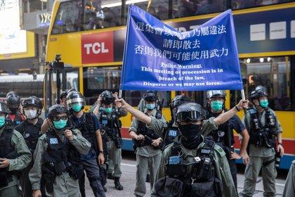 La policía controla la manifestación celebrada el pasado domingo en Hong Kong contra la controvertida ley de seguridad elaborada por el régimen chino (EFE/EPA/JEROME FAVRE)