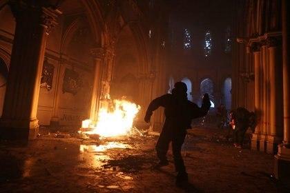 Una iglesia es incendiada durante una protesta contra el gobierno, en la conmemoración del primer aniversario del estallido social, en Santiago, Chile, el 18 de octubre de 2020. REUTERS/Ivan Alvarado