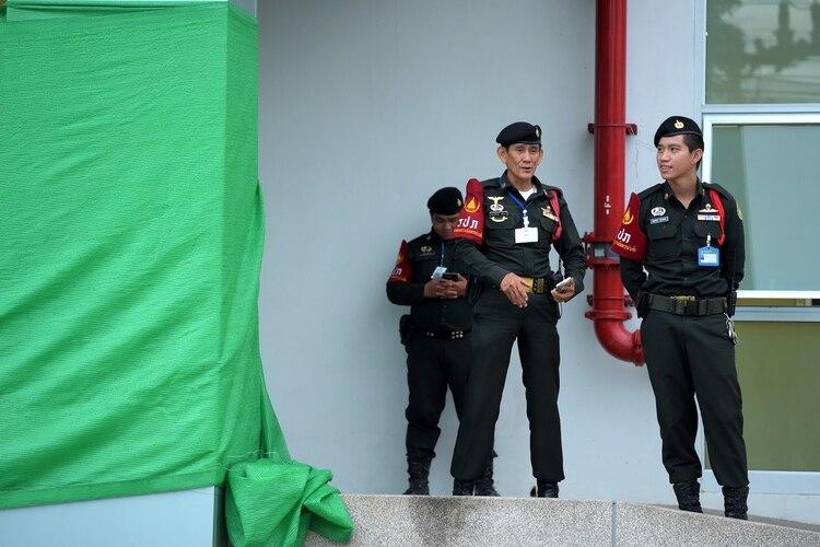 Policía frente al hospital en el que se encuentran los niños rescatados  (AFP   TANG eadfca664c49d