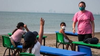 En la playa, frente al mar, alumnos tomaron clases Veracruz