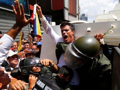 Leopoldo López el día de su arresto el 14 de febrero de 2014. (REUTERS/Jorge Silva/archivo)