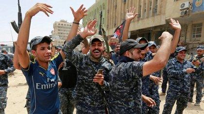 Tropas iraquíes celebran la victoria en Mosul en julio (Reuters)