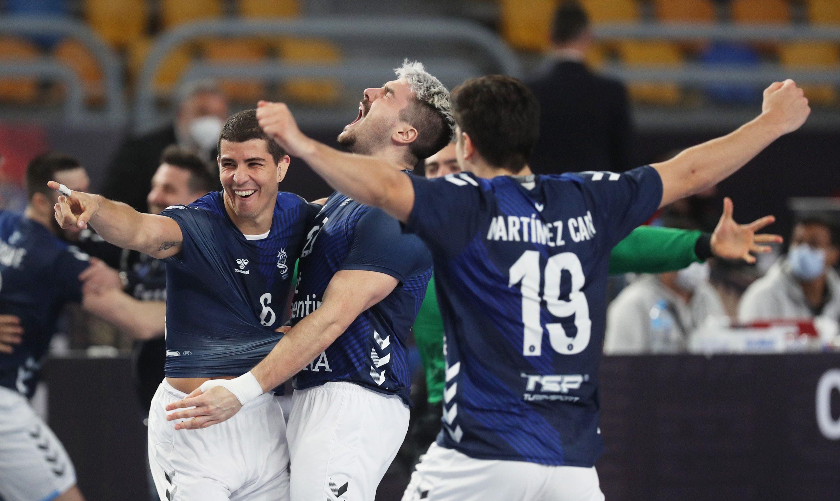 El desenfrenado festejo argentino contra Croacia: a un paso de hacer historia en handball (REUTERS/Mohamed Abd El Ghany)