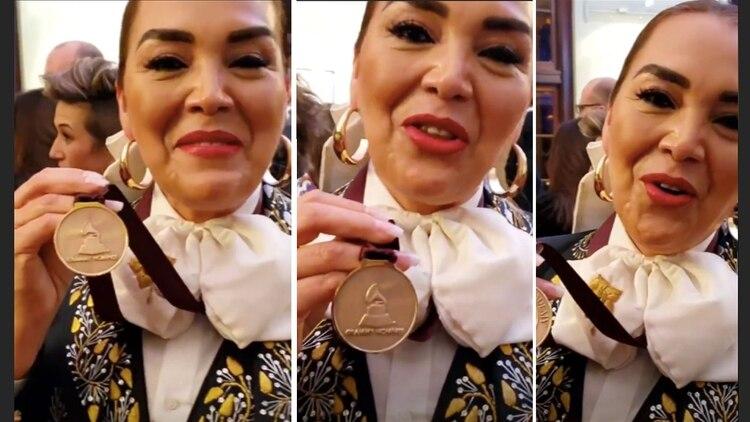 Aída Cuevas recibió su medalla como nominada a la entrega de este año (Foto: Instagram aidacuevasoficial)