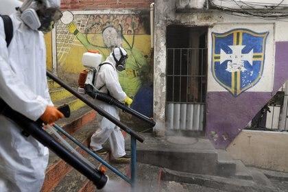 Las autoridades determinaron que la nueva variante del covid-19 se propagó por cuatro de las cinco regiones del país (REUTERS/Ricardo Moraes)