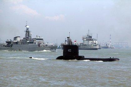 Las auoridades de Indonesia continuaron este jueves las tareas de rescate y búsqueda del submarino (c) desaparecido la víspera con 53 tripulantes a bordo tras sumergirse durante una serie de ejercicios navales.EFE/EPA/INDONESIAN NAVY / HANDOUT HANDOUT EDITORIAL USE ONLY/NO SALES