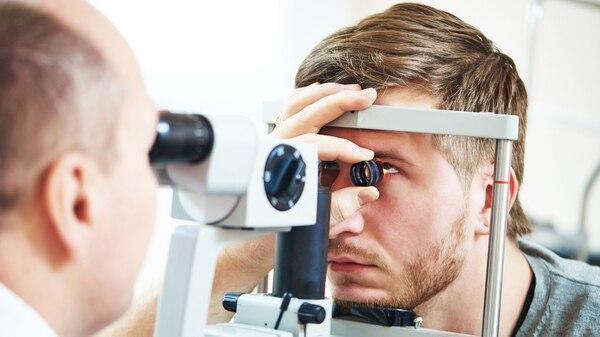 Un examen ocular de rutina no sólo ayuda a detectar cualquier problema con su visión (iStock)