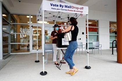 Katie Tricarico se prepara para emitir su voto por correo el último día de la votación anticipada para la elección presidencial de EE.UU. en el C. Blythe Andrews, Jr. en la Biblioteca Pública de East Tampa, Florida, EE.UU., el 16 de agosto de 2020.  (REUTERS/Octavio Jones)