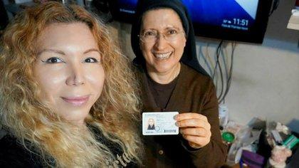 Mónica y Kiara, una mujer trans que acaba decambiar su nombre en el DNI. Es guía de turismo y está estudiando para tener una peluquería canina.