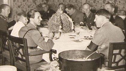 Hitler, rodeado de colaboradores, comiendo en el bunker