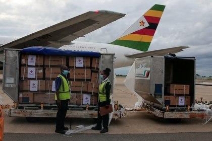 Vacunas de china arriban a Zimbabwe (Reuters)