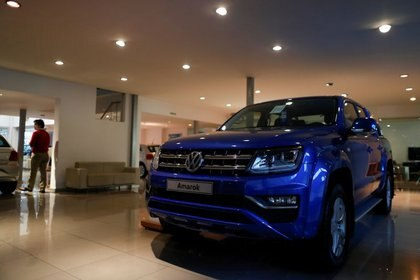 Un Volkswagen Amarok está expuesto en un concesionario de autos en Buenos Aires. 19 mayo, 2020. REUTERS/Agustin Marcarian