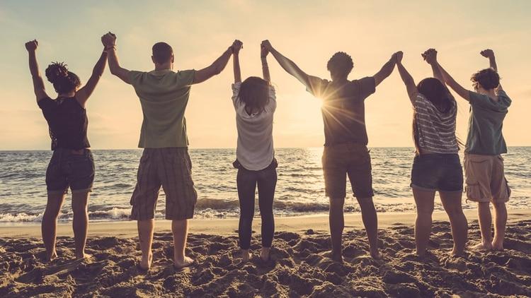 Si tenemos una autoestima demasiado baja, solemos aislarnos y no intercambiar con los demás (Shutterstock)