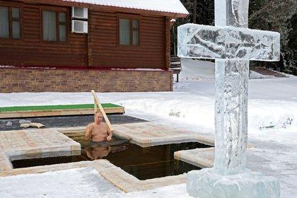 Vladimir Putin se zambulle en aguas heladas para cumplir con la tradición religiosa de la Epifanía