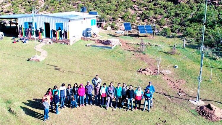 Los ingenieros posan con los alumnos de la escuela rural