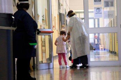 Las autoridades italianas detectaron en los últimos días 13.000 casos de coronavirus entre el personal docente (EFE/EPA/PAOLO SALMOIRAGO)
