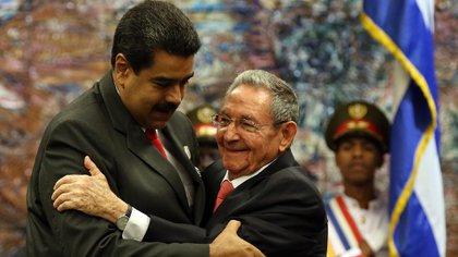 Nicolás Maduro junto a Raúl Castro (EFE)
