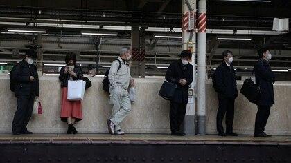Las personas que llevan máscaras protectoras, tras un brote del coronavirus, esperan su tren en la estación de Tokio, Japón, el 3 de marzo de 2020. REUTERS/Stoyan Nenov