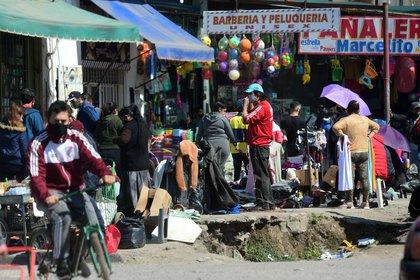 Desborde de cuarentena en Lomas de Zamora. La gente se congrega frente a los locales y puestos abarrotados de mercadería, algunos abiertos, otros atendiendo con puerta cerrada pero generando aglomeraciones de clientela en las veredas