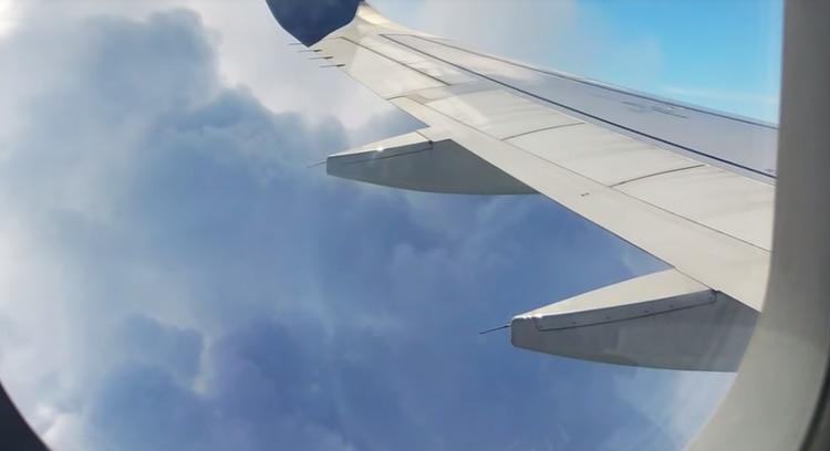 Image result for demandó a dos aerolíneas estadounidenses porque su meñique se atascó en un asiento