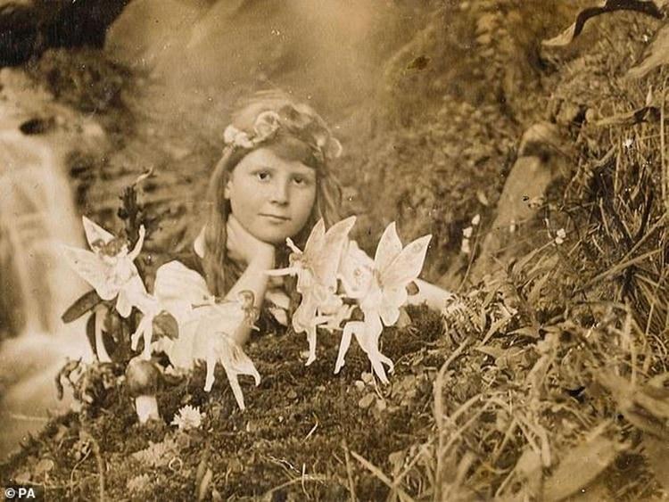 """""""Frances y la ronda de hadas"""", tomada por Elsie Wright, en 1917. Fue una de las dos primeras imágenes que las chicas tomaron para demostrar la existencia de las hadas"""