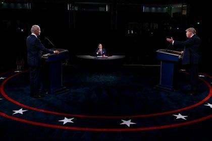 Aunque la distancia es significativa, el segundo encuentro también iba a ser en un ambiente cerrado y estaba programada la presencia de votantes indecisos (Reuters)