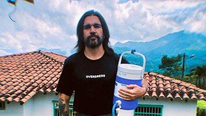 Juanes sosteniendo termo con Whisky- Tomado de su cuenta oficial de Instagram
