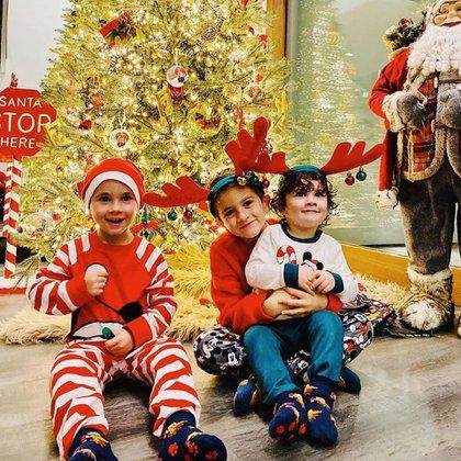 Thiago, Ciro y Mateo, felices por la llegada de Papá Noel (@antonelaroccuzzo)