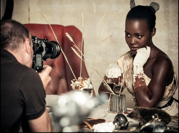 La hermosa actriz Lupita Nyong´o retratada por la lente del fotógrafo Tim Walker. Una protagonista de lujo del calendario.