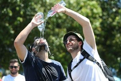 """El público también inventa mecanismos para ponerse a salvo del """"infierno de Melbourne"""" (Getty Images)"""